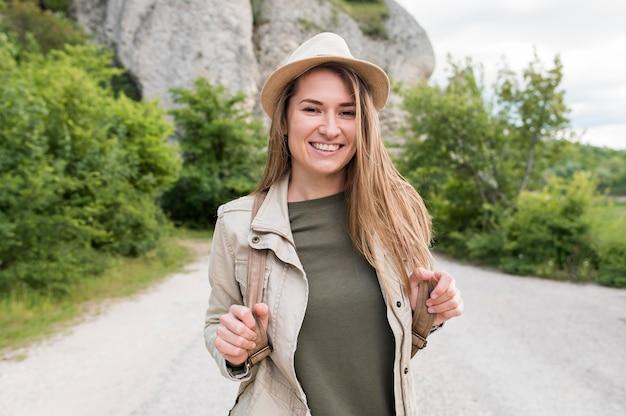 Ritratto di elegante viaggiatore con cappello sorridente