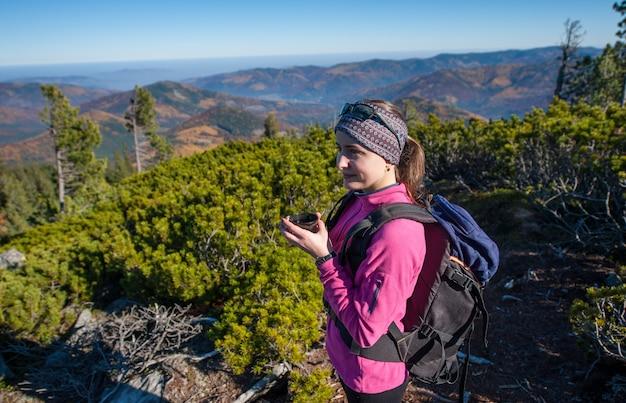 Ritratto di escursionista giovane donna con una tazza di tè