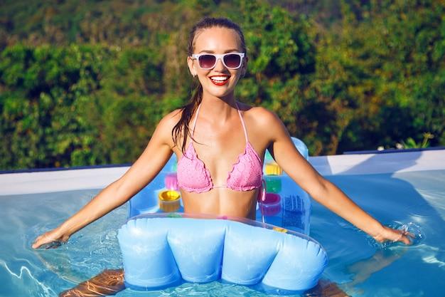 Ritratto di estate brillante di giovane donna con perfetto corpo sottile abbronzato