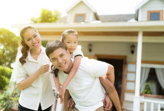 Ritratto di famiglia asiatica con gente felice che sorride a casa