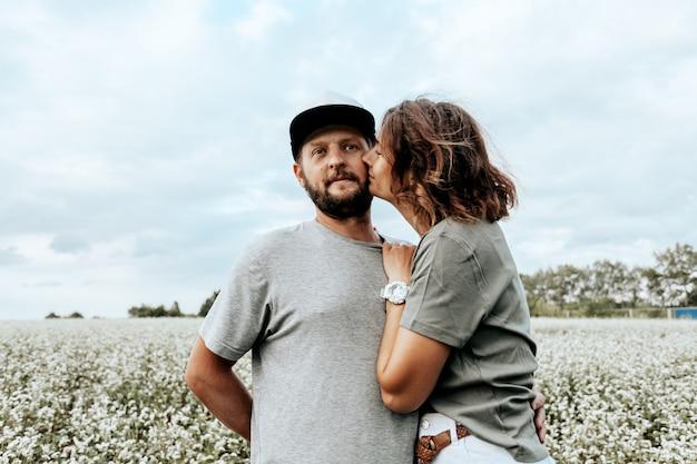 Ritratto di famiglia atmosferica all'aperto di una giovane bella coppia