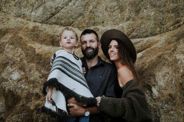 Ritratto di famiglia con uno sfondo di grande roccia
