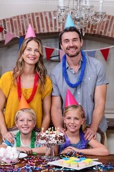 Ritratto di famiglia divertendosi alla festa di compleanno
