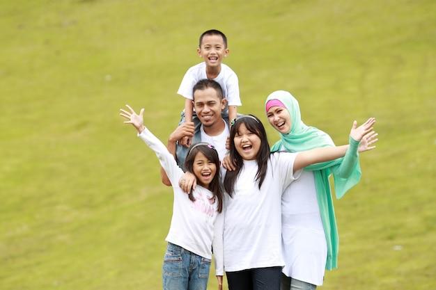Ritratto di famiglia felice all'aperto