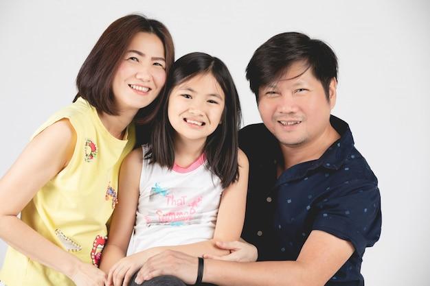 Ritratto di famiglia felice genitore e figlio isolato su grigio
