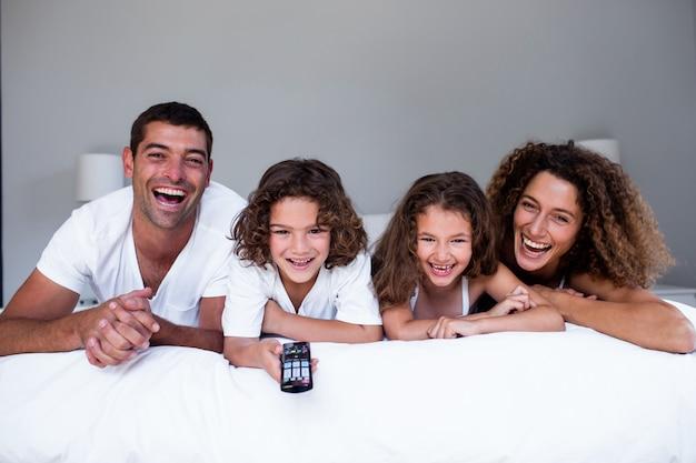 Ritratto di famiglia felice sdraiato sul letto