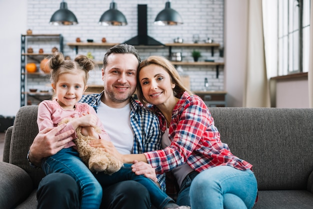 Ritratto di famiglia felice seduto sul divano
