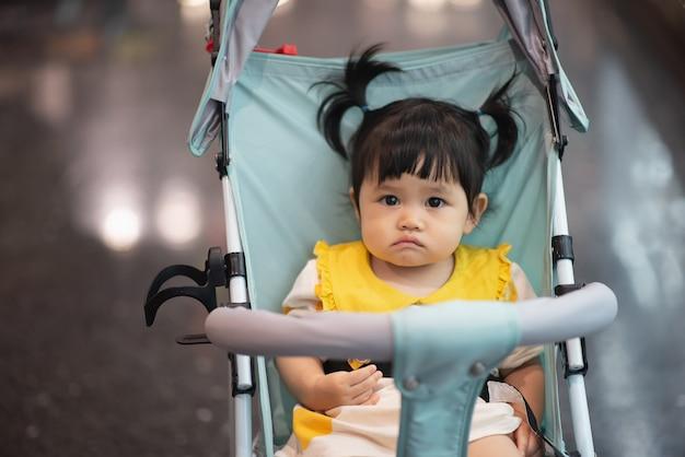Ritratto di fare da baby-sitter sveglio sulla sedia