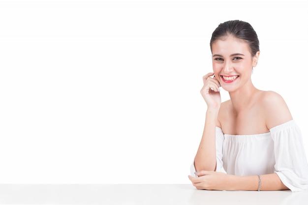 Ritratto di felice bella donna su sfondo bianco