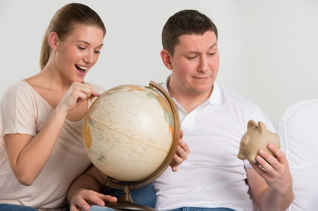 Ritratto di felice coppia romantica pianificazione della loro vacanza