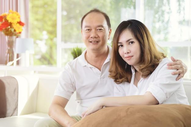 Ritratto di felice coppia sposata asiatica a casa.