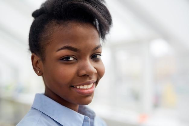 Ritratto di felice donna di colore sorridente