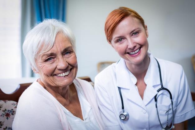 Ritratto di felice medico e paziente