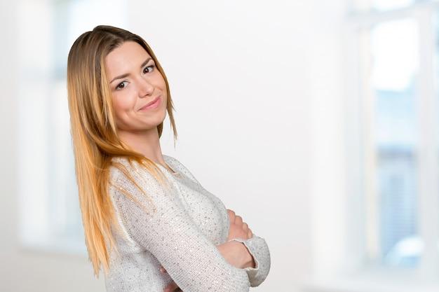 Ritratto di felice sorridente giovane bella donna