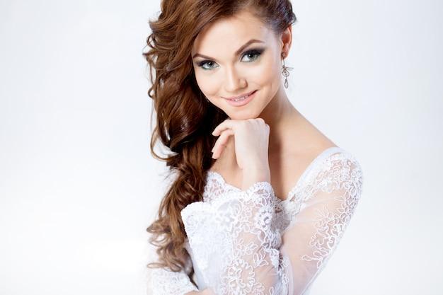 Ritratto di felice sposa in abito da sposa