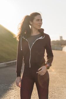 Ritratto di femmina in forma pronta per l'allenamento