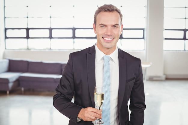 Ritratto di flute di champagne della holding dell'uomo di affari