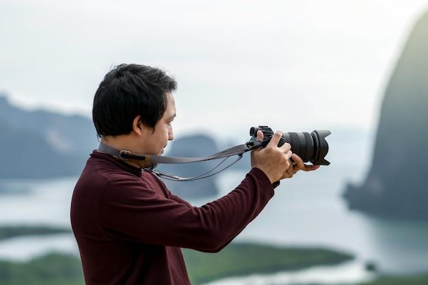 Ritratto di fotografo o il turista sul fantastico paesaggio di samed nang chee punto di vista