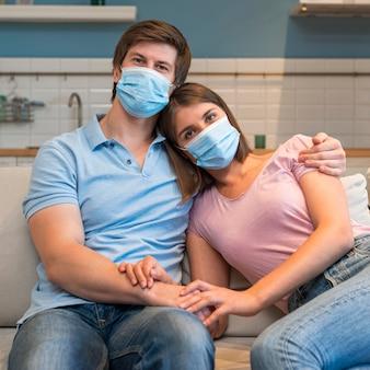 Ritratto di genitori che indossano la maschera per il viso