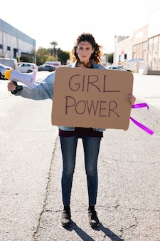 Ritratto di giovane attivista che protesta