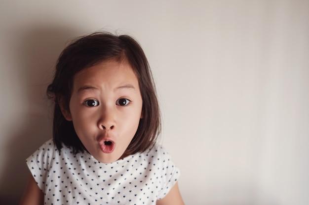 Ritratto di giovane bambina asiatica sorprendente e scioccante