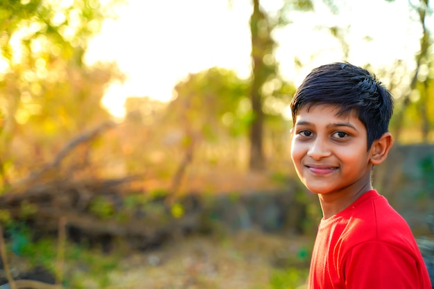 Ritratto di giovane bambino rurale indiano