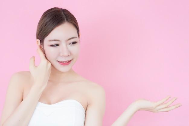 Ritratto di giovane bella donna asiatica con pelle perfetta.