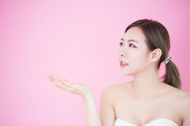 Ritratto di giovane bella donna asiatica con pelle perfetta