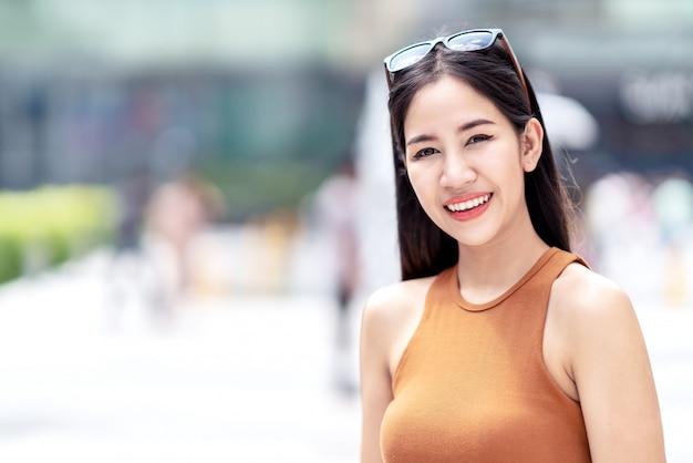 Ritratto di giovane bella donna asiatica,