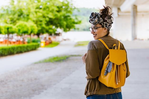 Ritratto di giovane bella donna bruna caucasica all'aperto in città