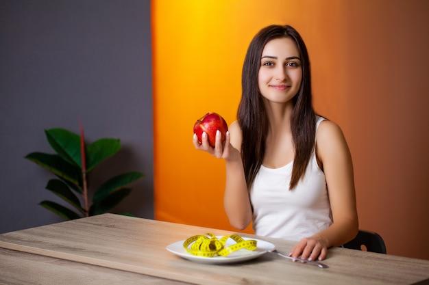 Ritratto di giovane bella donna che aderisce alla dieta
