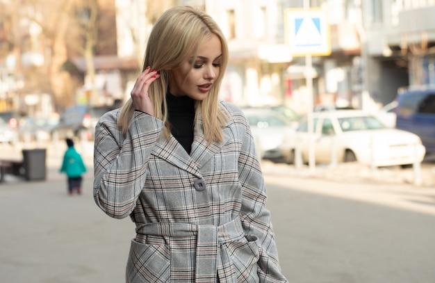 Ritratto di giovane bella donna in cappotto autunnale. foto di moda.