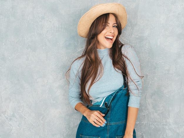Ritratto di giovane bella donna sorridente alla ricerca. ragazza alla moda in abiti casual casual e abiti estivi.