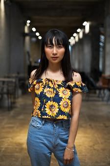 Ritratto di giovane bella ragazza asiatica alla caffetteria