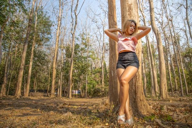 Ritratto di giovane bella ragazza asiatica sexy nella foresta