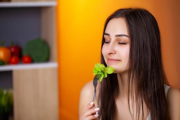Ritratto di giovane bella ragazza che aderisce al regime di dieta