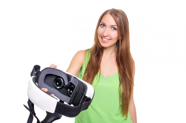 Ritratto di giovane bella ragazza sorridente felice che ottiene esperienza usando i vetri della vr-cuffia avricolare di realtà virtuale isolati