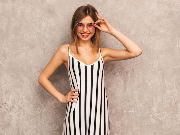 Ritratto di giovane bella ragazza sorridente in abito zebra estate alla moda. posa sexy donna spensierata. modello positivo divertendosi in occhiali da sole rotondi