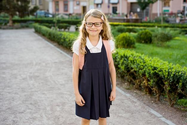 Ritratto di giovane bella studentessa sulla strada per la scuola
