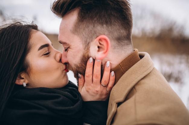 Ritratto di giovane coppia in winter park