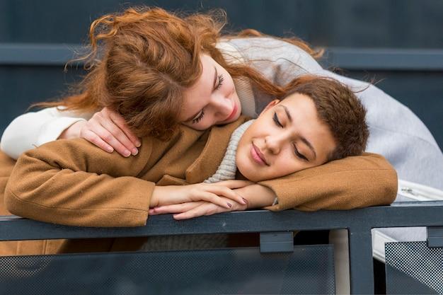 Ritratto di giovane coppia innamorata