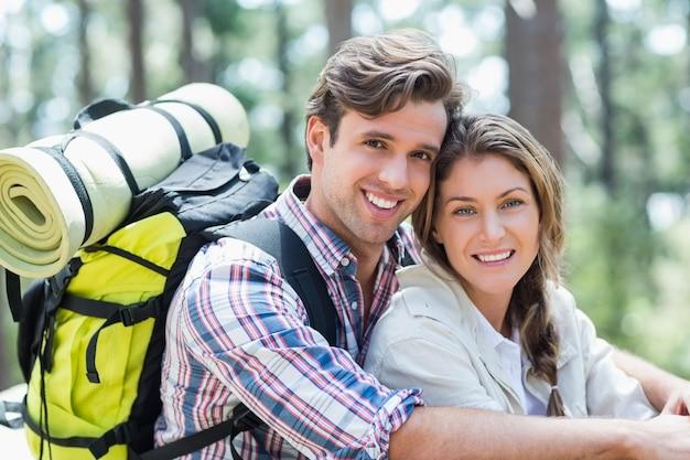 Ritratto di giovane coppia sorridente rilassante
