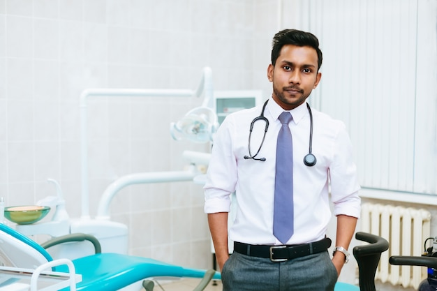 Ritratto di giovane dentista maschio asiatico sicuro in clinica. concetto di clinica odontoiatrica