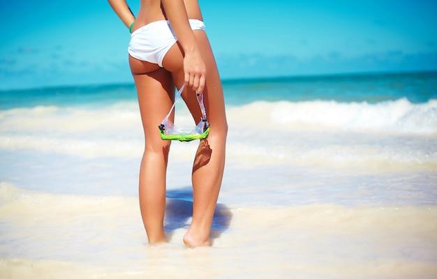 Ritratto di giovane donna alla moda in spiaggia