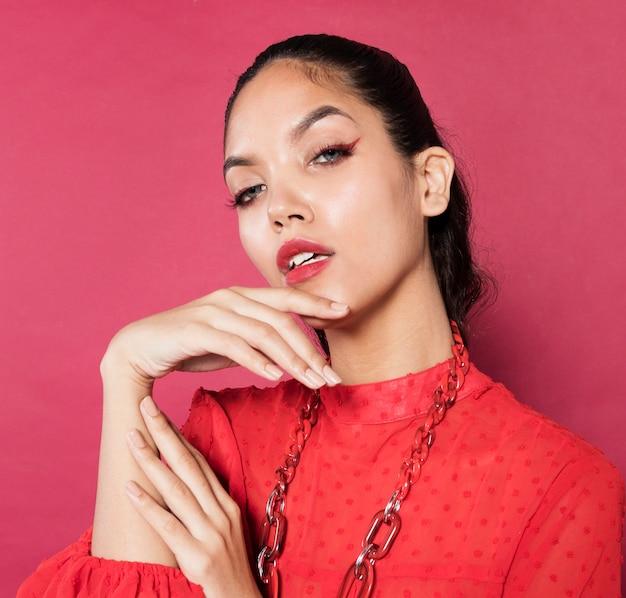 Ritratto di giovane donna alla moda vibrante