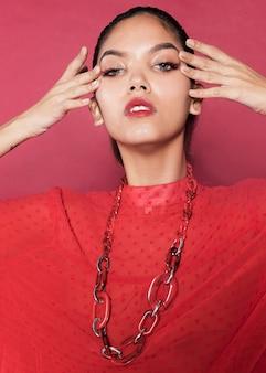 Ritratto di giovane donna alla moda
