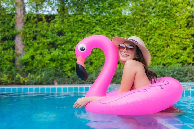Ritratto di giovane donna asiatica che si distende nella piscina