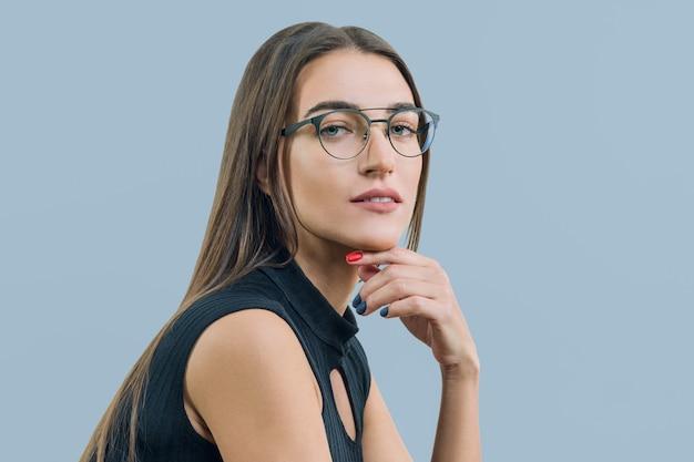 Ritratto di giovane donna attraente con il primo piano di occhiali