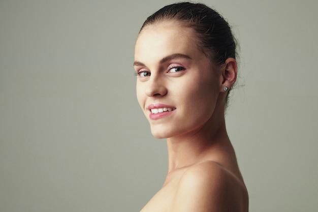 Ritratto di giovane donna attraente
