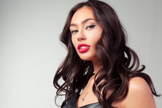 Ritratto di giovane donna bella capelli lunghi con il trucco